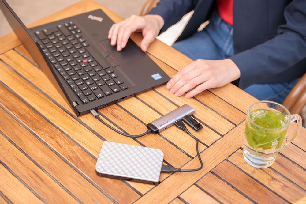 Hub & PinStripe 3.0 USB Model Lifestyle 2
