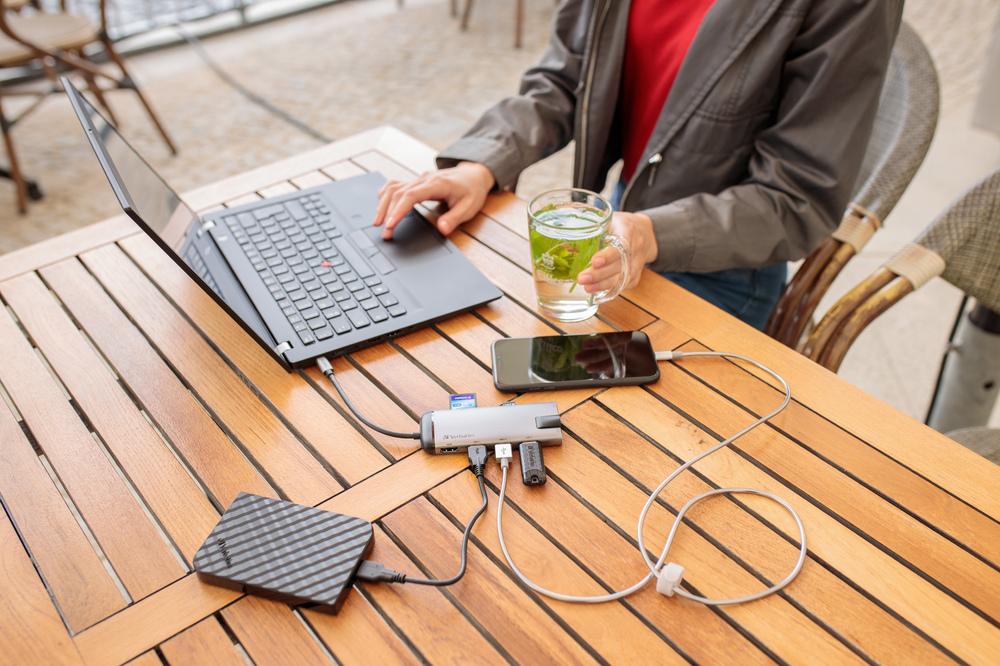 Hub & SnG Portable HDD Model Lifestyle 2